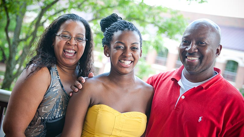 A student and her parents enjoying Family Weekend